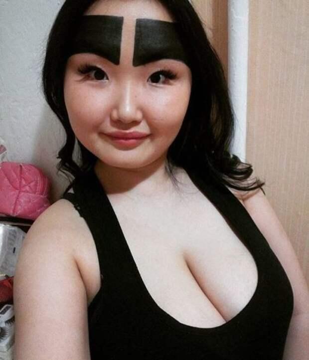 Девушка из Якутии с бровями в пол-лица показала, как выглядит без макияжа