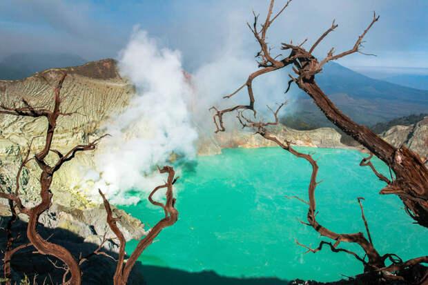 Вулкан Иджен в Восточной Яве, Индонезия