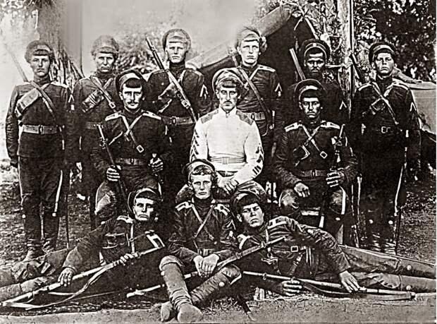 В центре — командующий Отдельной Семиреченской армией, генерал-майор, атаман Борис Владимирович Анненков (взято из открытых источников)