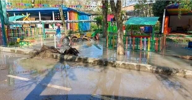 На Кубани сточные воды подтопили территорию детсада