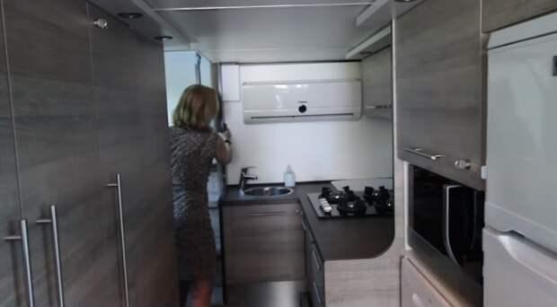 Благоустроенная кухня в вилле на колесах. | Фото: youtube.com.