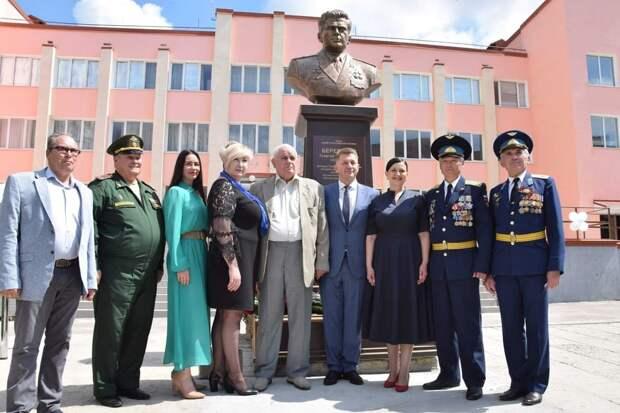 В Симферополе открыли бюст космонавту, дважды Герою Советского Союза Георгию Береговому