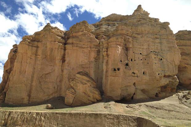 Загадка Небесных пещер Непала: как люди попадали в гроты на высоте 50 метров