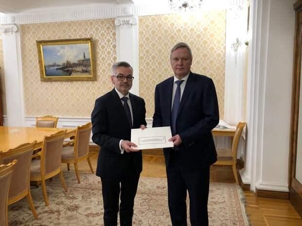 Кшиштоф Краевский (слева) вручает копии верительных грамот первому заместителю министра иностранных дел РФ Владимиру Титову