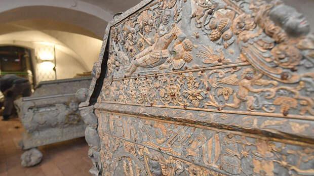 Во Франции нашли свинцовый старинный саркофаг весом в 400 кг