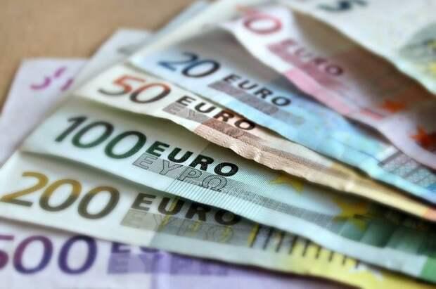 Официальный курс евро вырос на один рубль