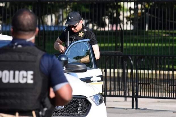 Полицейские задержали мужчину, бросавшего камни в здание Капитолия