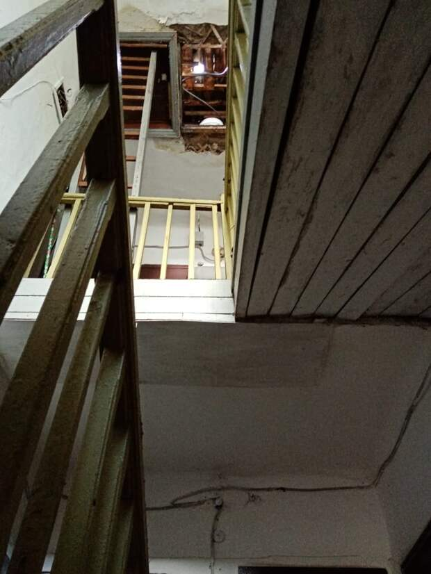 Разрушение потолка в подъезде жилого дома в Воткинске, новая статья в Уголовном кодексе России и черный костюм Супермена: что произошло минувшей ночью