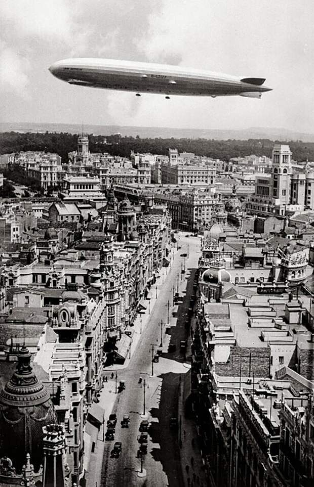 Цеппелин пролетает над Гран-Виа, Мадрид, 1930 год.