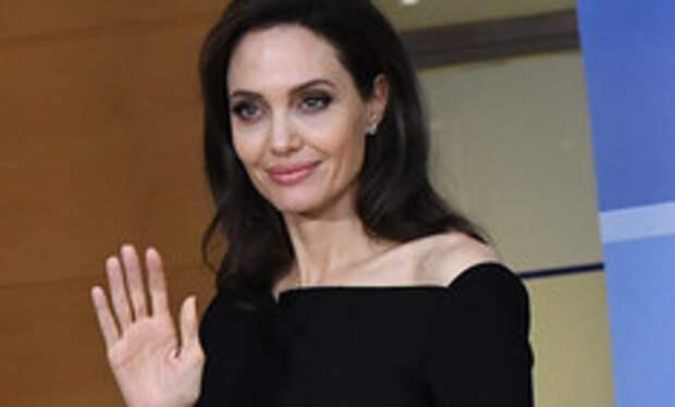 Снова депрессия? Анджелина Джоли оделась в черное накануне Дня матери