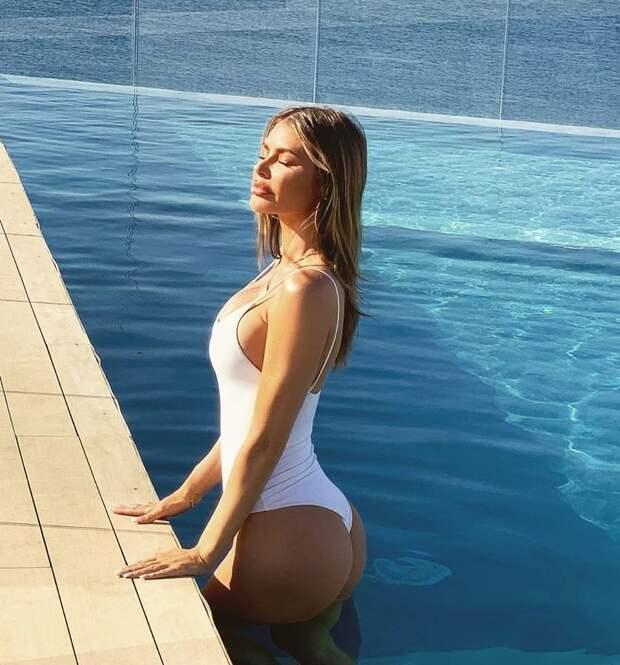 Награни: красотки публикуют вИнстаграме фото вновой позе украя бассейна