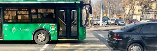 Водитель автобуса выехал на встречную полосу в Алматы. Видео