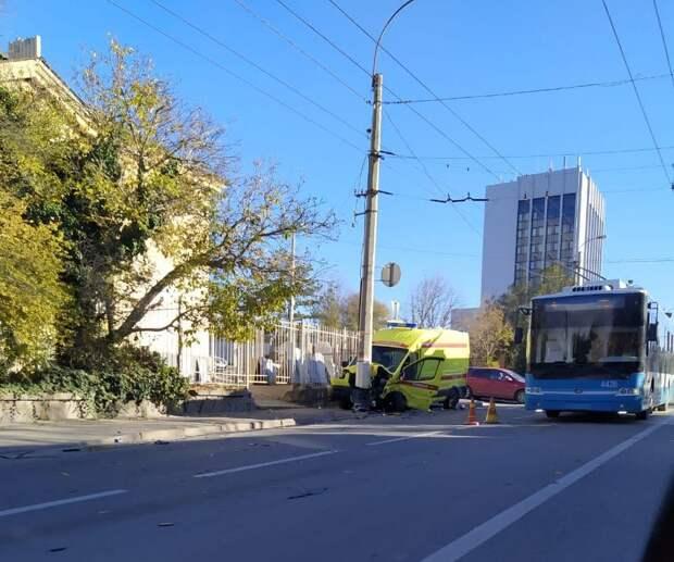 В Симферополе легковой автомобиль врезался в скорую помощь: пострадали 5 человек
