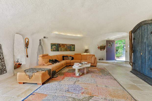 Странный дом Флинстоунов в Калифорнии, который никто не хочет покупать
