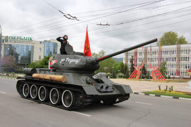 В Новороссийске парадную колонну возглавил отреставрированный танк Т-34