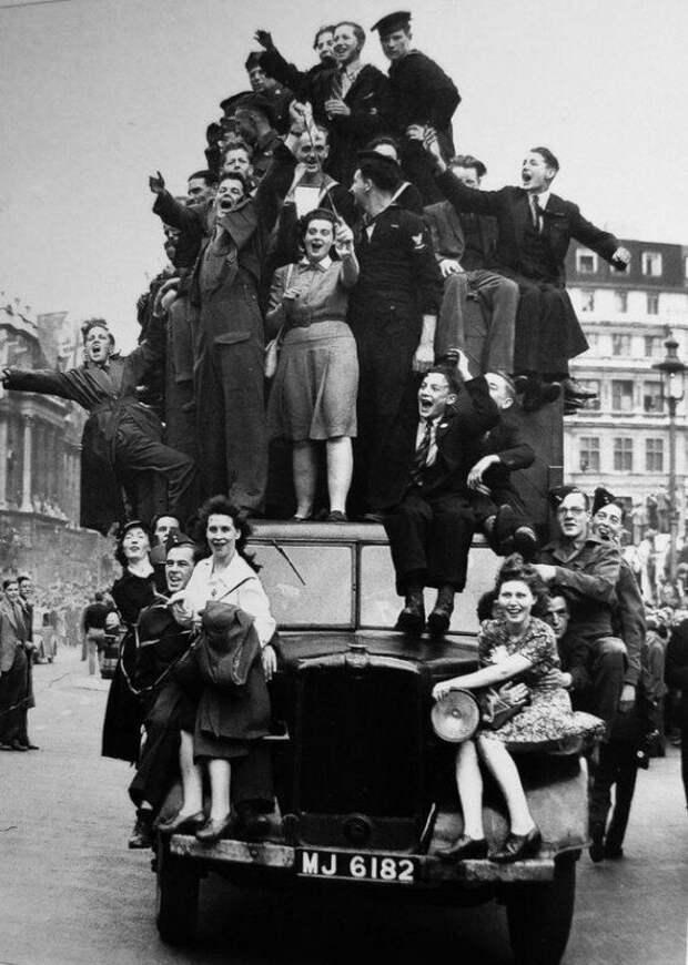 Англичане отмечают День победы над Германией. Лондон. Великобритания. 8 мая 1945г. история, ретро, фото