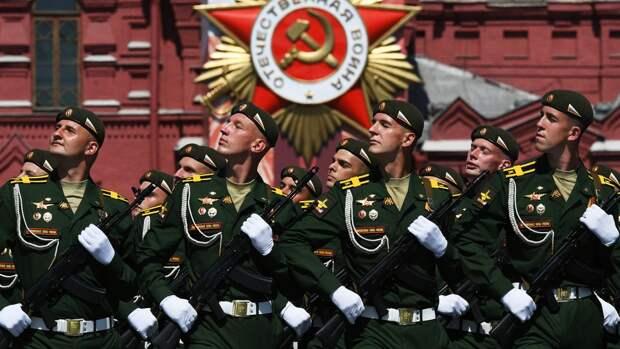 Участнице репетиции парада Победы сделали предложение прямо на Красной площади