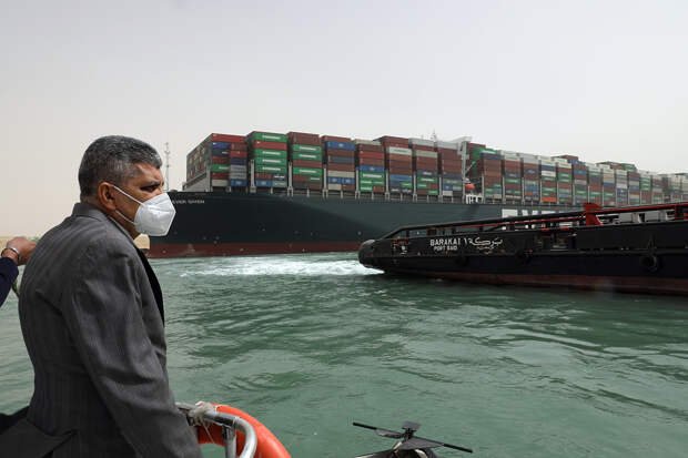 Перегородившее Суэцкий канал судно отбуксировали в фарватер