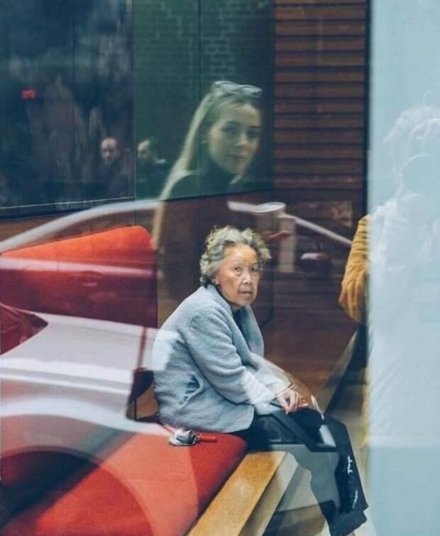 Отражение - молодая девушка и пожилая женщина
