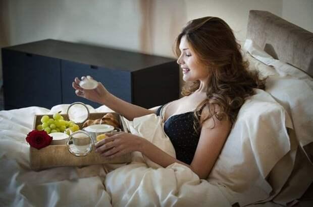 11. Они едят в постели с тарелками люди, порядок, чистота