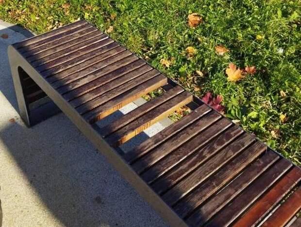 В сквере по Олонецкому проезду отремонтировали скамейку