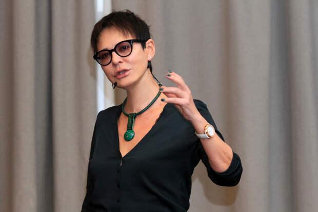 Ирина Хакамада эпатировала американцев танцами в шубе и коротких шортах