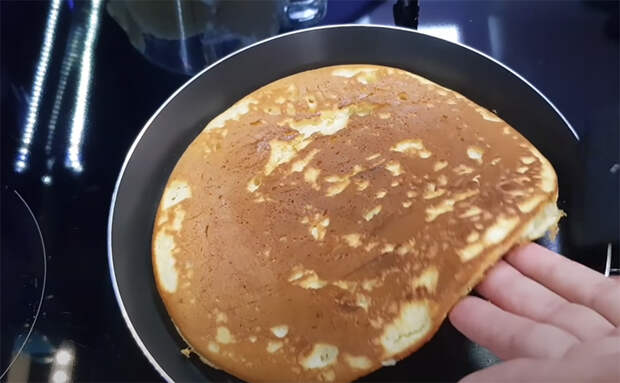 Добавляем сгущенку прямо в тесто и торт почти готов. Печем как блины, а потом смазываем любым кремом