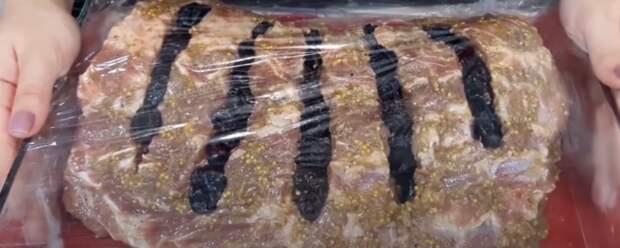 Смазываю маринадом и запекаю. Божественное мясо: праздничный вариант