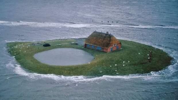 Уединенный дом на острове