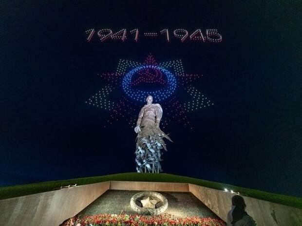 Над Ржевским мемориалом тысяча беспилотников нарисовали в небе победные картины