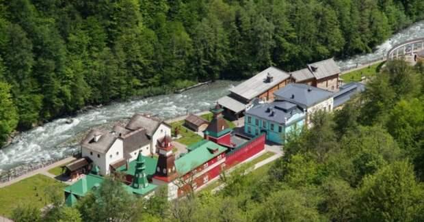 В горах под Сочи заработали три мини-отеля от Юдашкина