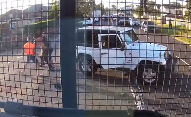 Мордобой посреди дороги из-за пустяка попал на видео