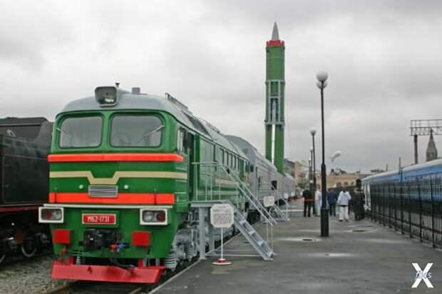 Боевой железнодорожный ракетный комплекс с развёрнутой ракетой