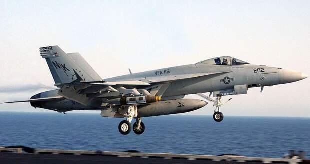 На видео показали погоню американского истребителя за крылатой ракетой