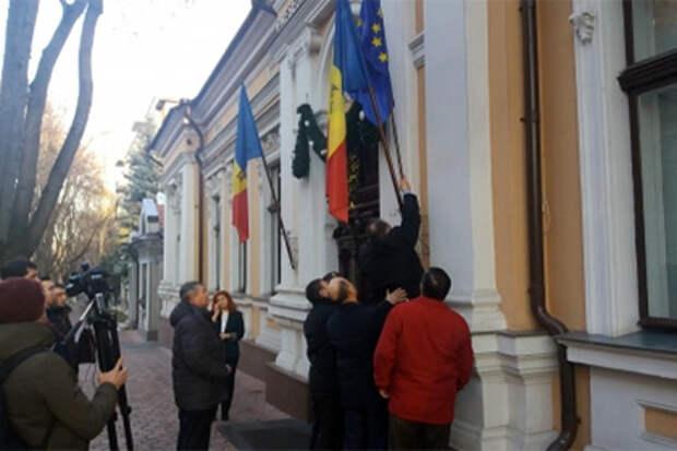 Молдавские либералы попытались вернуть флаг ЕС на здание резиденции Додона