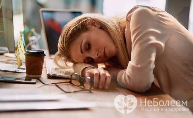 Одной из частых причин синяков и отеков является недосыпание и переутомление