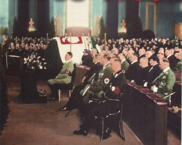 Гитлер у гроба Пилсудского. После оккупации Польши у могилы маршала был поставлен почётный караул