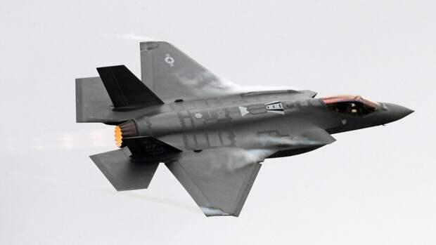 Пользователи Сети обрушились с критикой на пилота F-35 за перехват российского самолета