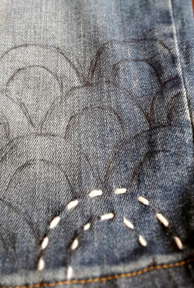 Рисунок по джинсовке получился кривоват, но он потом все равно выстирается