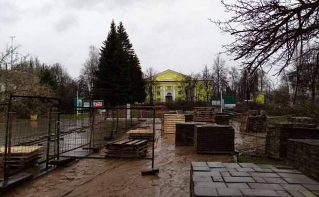 В Ясногорске началось благоустройство сквера в центре города