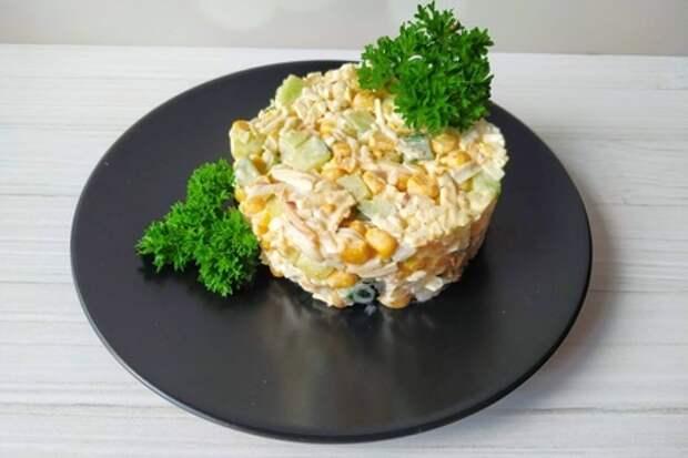 Фото к рецепту: Салат  прованс  с колбасным сыром и кукурузой