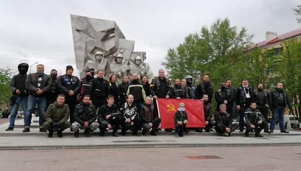 Байкеры проехали колонной по улицам Подольска со знаменами Победы