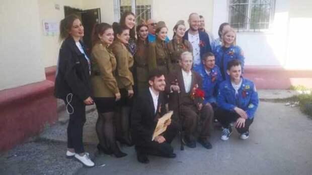 Со слезами на глазах. Студенты спели барнаульским ветеранам под окнами в честь Дня Победы
