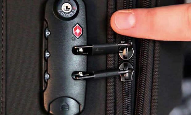Сотрудник аэропорта показал на видео, как досмотр открывает чемоданы без знания кода. Видео