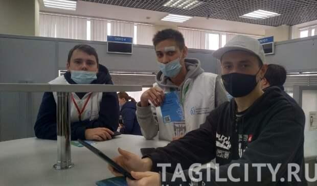 Волонтеры помогают тагильчанам проголосовать заблагоустройство вТЦиМФЦ
