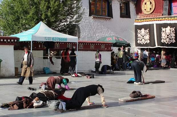 Паломники у храма Джоканг в центре Лхасы