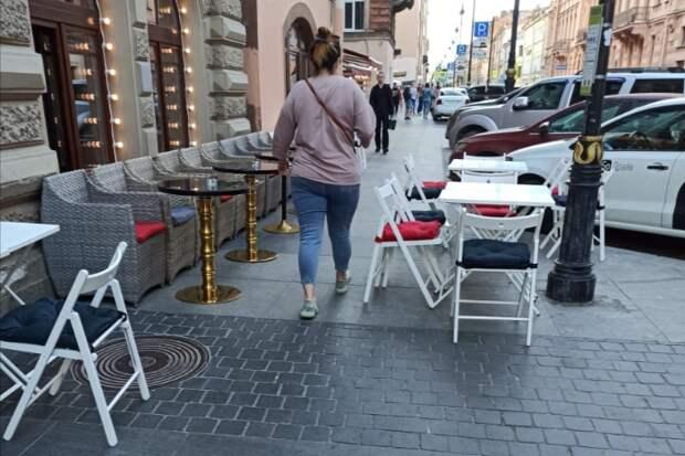 В Смольном отчитались, что убрали восемь незаконных террас с Рубинштейна. Местные жители продолжают жаловаться на занятые тротуары