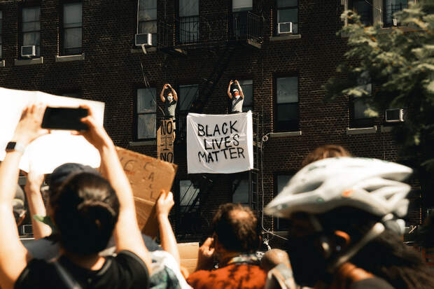 В США началась новая волна протестов после стрельбы полицейского в афроамериканца