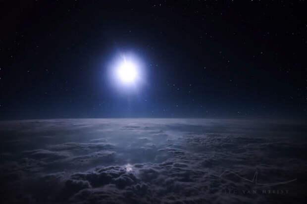 Полнолуние, природное явление, которое наблюдают пилоты лайнеров.