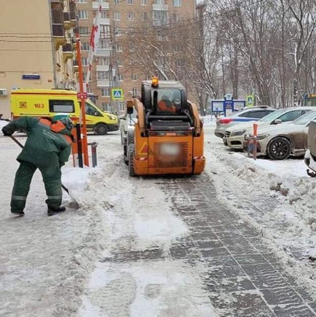 В Ростокине коммунальные службы активизировались в ликвидации последствий снегопада
